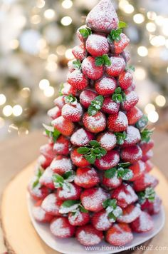 Christmas Desserts: Chocolate Covered Strawberry Christmas Tree Christmas desserts don't have to be complicated! Impress your guests at your next Christmas party Fruit Christmas Tree, Christmas Party Food, Xmas Food, Christmas Brunch, Christmas Appetizers, Christmas Desserts, Christmas Treats, Holiday Treats, Holiday Recipes