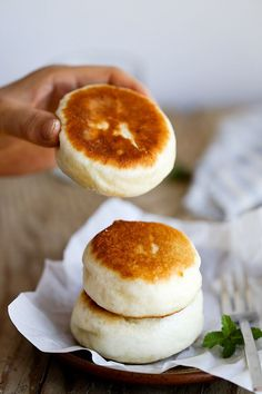 Pan-fried Chinese Buns Pan-fried Chinese style buns with sweet red bean paste filling. Asian Desserts, Asian Recipes, Chinese Desserts, Chinese Bun, Chinese Food, Chinese Style, Korean Food, Japanese Food, Good Food