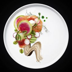 // Mozzarella di bufala with Italian prosciutto, balsamic reduction and basil oil and beautiful greens. Pinned by Ellen Rus. Food Design, Michelin Star Food, Balsamic Reduction, Food Decoration, Culinary Arts, Creative Food, Food Presentation, Food Plating, Food Styling