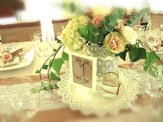 centro de mesa, rosas, hortensias, velas, yute