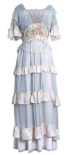 vestido de 1910- de la llamada Belle Epoque o era Eduardiana- y es del estilo de los que usó Kate Winslet en Titanic.