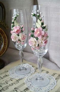 2019 Wedding Champagne Glasses Table Decor Ideas Sumcoco is part of Wedding champagne glasses - The best ideas toasting flutes for bride and groom in a different style which impress you Look this wedding glasses decor ideas and happy planning! Bride And Groom Glasses, Wedding Wine Glasses, Wedding Champagne Flutes, Decorated Wine Glasses, Painted Wine Glasses, Wine Glass Crafts, Bottle Crafts, Wedding Crafts, Diy Wedding