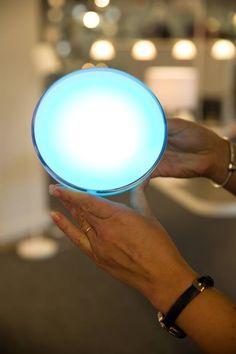 Inteligentní lampa, která lze přenášet a mění barvu světla