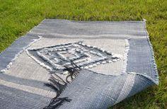 ラオスコットン100%の快適ラグ(中) BLUE 菱  ラオス北部の織物の村で出会ったお洒落なラグです。 ラオス生まれの新鋭テキスタイルデザイナーがデザイン、監修を務める 村の草木に囲まれた風通しの良い工房で織られる作品はどれも100%ハンドメイドでナチュラルな色合いの物ばかりです。  (当方、こちらのギャラリーを訪ねたところ、一発目から、作品・空間・ディスプレイ・おもてなしの全てから彼女のセンスの良さを感じずにはいれませんでした!!)