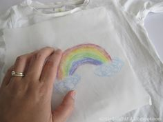 Did you know that you can use your average kitchen baking paper and crayons to decorate t-shirts and other fabric