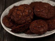 Cookies+de+ciocolata+cu+nuca Food To Make, Deserts, Sweets, Snacks, Cakes, Recipes, Romanian Recipes, Appetizers, Gummi Candy