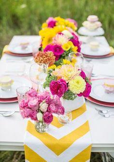 Quer mais contraste? Combine o amarelo com flores de tons fortes, como rosa e roxo, para uma decoração mais envolvente e intensa.