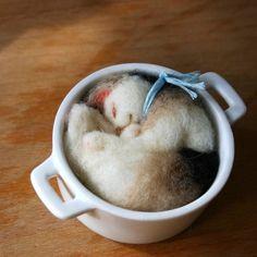 ふわふわ羊毛フェルト製の猫です。お気に入りの小さなお鍋に入ってお昼寝中。猫は器には接着していません。首輪の色は取り付け変更も可能ですので、ご希望があればお知ら... ハンドメイド、手作り、手仕事品の通販・販売・購入ならCreema。