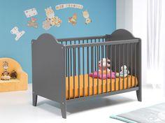 Du gris pour des nuits tranquilles ! Grâce à ce lit traditionnel à barreaux avec deux têtes pleines, bébé pourra dormir et grandir en toute sécurité.    Le plus : sommier réglable sur 3 hauteurs !