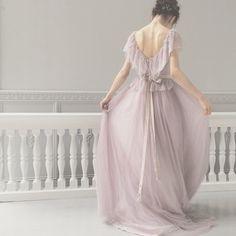 「Maison SUZU(メゾンスズ)」のカラードレスは、白い布を染めるところから作られています。他では見ないとっても繊細な色あい!ふわふわと溶ける綿あめのような…しゃりしゃりした砂糖菓子のような…甘いけれど甘すぎない、涼しげなドレスです。