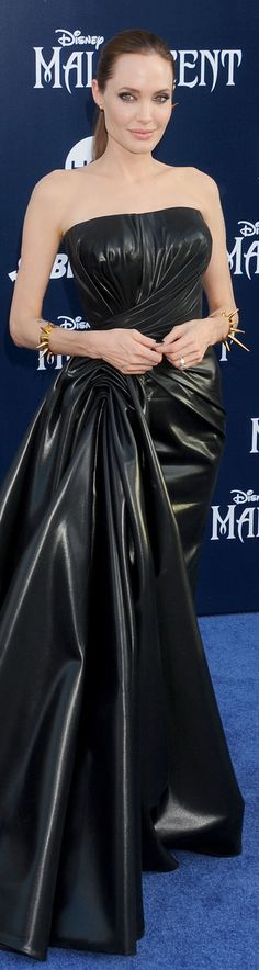 ANGELINA JOLIE No, that's not a leather dress. That strapless Atelier Versace gown with a dramatic draped waistline she's wearing at the Hollywood premiere of Maleficent is made of, wait for it, rubberized silk. Celebrity Red Carpet, Celebrity Style, Most Beautiful Women, Beautiful People, Vynil, Brad And Angelina, Divas, Vogue, Atelier Versace