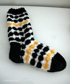 LimeRantu: Marimekon räsymatto villasukat Marimekko, Knitted Slippers, Knitting Socks, Mittens, Knit Crochet, Diy And Crafts, Inspiration, Diy Stuff, Yarns