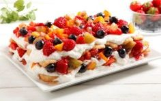 Tiramisù con panna e frutta