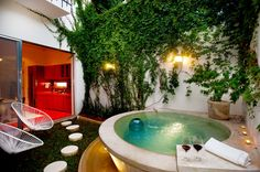 Jacuzzi Outdoor Ideas Do you agree that soaking in a bubbling outdoor hot tub is one of life's great pleasures? Mini Pool, Raised Pools, Ideas De Piscina, Outdoor Bathtub, Moderne Pools, Modern Bathtub, Small Pools, Beautiful Pools, Outdoor Flooring
