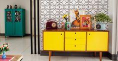 Balcão charme amarelo: Detalhe que faz a diferença e o estilo1 Vintage Furniture, Cool Furniture, Furniture Design, Yellow Walls Living Room, Vintage Interiors, Diy Furniture Projects, Eclectic Decor, Interior Design Living Room, Kitchen Design