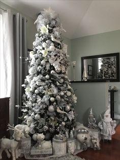 Luxury Christmas Decor, White Christmas Tree Decorations, Elegant Christmas Trees, Silver Christmas Tree, Christmas Interiors, Christmas Tree Design, Xmas Tree, Christmas Home, Christmas Advent Wreath