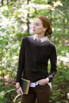"That shoulder fade. Flight colorwork yoked pullover by Sarah Pope. From Brooklyn Tweed's ""Wool People Collection. Photographed by Jared Flood. Sweater Knitting Patterns, Knit Patterns, Cardigan Pattern, Ropa Free People, Mosaic Knitting, Flight Patterns, Brooklyn Tweed, Icelandic Sweaters, How To Purl Knit"