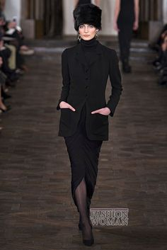 Осенне-зимняя коллекция американского дизайнера Ralph Lauren получилась очень элегантная и романтичная. На подиуме можно было увидеть женственные платья и костюмы из бархата, укороченные жакеты, белоснежные блузы, кожаные