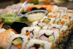 Receta de Sushi fácil y delicioso  Un bocadillo a media a tarde, o por la noche para compartir con los amigos, una excelente opción el sushi, aquí te mostramos como prepararlos rápidamente y con lo que tengas en casa.  http://saborysazon.blogspot.com/2013/05/receta-de-sushi-facil-y-delicioso.html