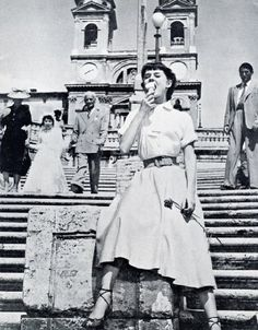 I don't know which one makes me more happy. The fact that Audrey Hepburn is eating gelato on the Spanish Steps in Rome, or that Gregory Peck is standing behind her - Roman Holiday Audrey Hepburn Outfit, Aubrey Hepburn, British Actresses, Hollywood Actresses, Old Hollywood, Hollywood Stars, Estilo Jackie Kennedy, Audrey Hepburn Roman Holiday, Non Plus Ultra