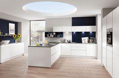 Moderne witte keuken met donkerblauwe details - Afbeelding 2 van 5