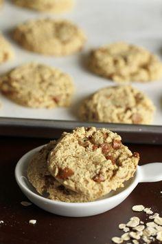 Pumpkin Oatmeal Cinnamon Chip Cookies {satisfymysweettooth.com}