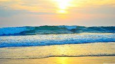 Olas sobre la playa en el atardecer. Fotografia by Amanda Aldina (Amanda de Freitas) y depositada en Flickr.