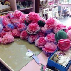 Flores realizadas con papel de seda para evento nupcial .