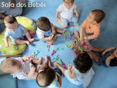 Qual é o bebé que não gosta de brincar com molas da roupa? Quantas e quantas vezes as mamãs ou os papás não estão a estender a roupa e apar... Infant Activities, Fun Activities, Baby Club, Reggio Emilia, Kids Rugs, Activities For Toddlers, Baby Sensory, Sensory Stimulation, First Day School