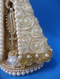 Linda e delicada imagem de N. Sra. Aparecida de 25 cm , COBERTA COM UM MANTO DE ROSAS E PÉROLAS SALPICADAS .  As rosas fazem parte do tecido, são de fitas de cetim. Madonna, Decoupage, Decorated Clipboards, Decorated Boxes, Decorated Bottles, Plaster Crafts, Diy And Crafts, Virgin Mary, Angel Sculpture