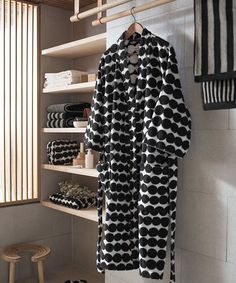 Marimekko's Räsymatto bathrobe features Maija Louekari's attractive pattern in black and white. Räsymatto, Finnish for rag rug, depicts the texture of traditional rag rugs in a delightful, graphic manner. Black White Bathrooms, Traditional Mirrors, Relax, Home Spa, Interiores Design, Helsinki, Dressing, Black And White, House Styles