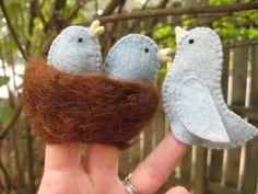 Mama Blue Bird and Two Baby Blue Bird Fingerpuppets with nest. All wool… Felt Puppets, Felt Finger Puppets, Puppet Patterns, Felt Patterns, Bird Puppet, Bird Nest Craft, Felt Monster, Felt Stories, Felt Birds