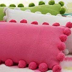 UMA FOFURA... <br>Almofada confeccionada em tecido com aplicação em pompons de lã. <br>Cada peça; <br>Tamanho: 45cm x 25cm <br> <br>CORES DISPONÍVEIS: <br>1. Branca; <br>2. Rosa; <br>3. Verde; <br>4. Outros de acordo com a tabela de cores de lã( será escolhido tecido igual ou similar, mantendo o padrão da foto) <br> <br> <br>* Poderá ser concluído e enviado antes do prazo estabelecido; <br>** Tamanho compreende junto os pompons.