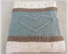 Crochet bebé manta o lanzar patrón - Plaza de Arielle  Este modelo fue diseñado para mi sobrina como regalo de bodas. Quería un cuadrado simple pero atemporal que podría utilizarse para un tiro, manta del bebé, o incluso como un corredor de la tabla. Salió muy elegante. Se trata de su go al patrón para un regalo o bebé la ducha de la boda.  La Plaza es MUY fácil, especialmente porque es un color, así que tienes muy pocos extremos para tejer en. Las imágenes muestran una manta de bebé…