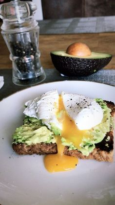 Perfect breakfast. Brunch inspo. Avocado toast with a poached egg on top. Easy Brunch Recipes, Healthy Breakfast Recipes, Clean Recipes, Healthy Snacks, Healthy Eating, Healthy Recipes, Think Food, I Love Food, Plats Healthy