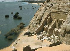 J'y suis allée... EGYPTE Abou-Simbel A 300 km au sud d'Assouan, au coeur de la Nubie, presque à la frontière avec le Soudan, Abou Simbel est très certainement l'un des sites les plus grandioses et les plus impressionnants de l'Egypte. Les deux temples, œuvre de Ramsès II, ont été surélevés de 65 m et restent le symbole de l'œuvre gigantesque de sauvegarde des monuments nubiens par l'Unesco.