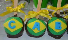 Maçã do amor coberta de chocolate e decorada com pasta americana. Mamães, mais fotos dessa festa infantil verde-amarela/Copa do Mundo em: http://mamaepratica.com.br/2014/06/12/mamae-em-festa-verde-e-amarelo/ Foto: blog Mamãe Prática Brazilian children's party - World Cup