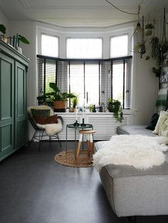 erker jaren 30 woonkamer huiskamer jaloezieën Futuristic Home, Home Living, Creative Home, Old Houses, Space Saving, Interior Inspiration, Sweet Home, New Homes, Dining Room