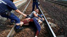 hUNGRÍA: Un tren abarrotado de refugiados que había partido desde Budapest hacia la ciudad de Sopron, en el noreste de Hungría, junto a la frontera con Austria, fue detenido cerca de un campo de...