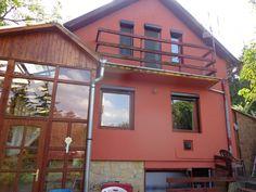 Solymár Hutweide részén a Zsíros-hegy lábánál eladó egy 720nm-es telekre épült családi ház. A ház 1983-ban épült és 2008-ban újították fel. A felújítás során 5cm dryvittal szigetelték a házat. A 84nm-es lakóterülettel rendelkező ház alápincézett, hangulatos télikerttel, 2 terasszal rendelkezik. Beosztása: földszint: télikert,nappali, konyha,étkező, fürdőszoba,wc. Tetőtér: előtér, 3 kisebb szoba,wc. A kertben több gyümölcsfa, bokor, fúrt kút. A telken áll még egy 2005-ben épült tágas garázs…