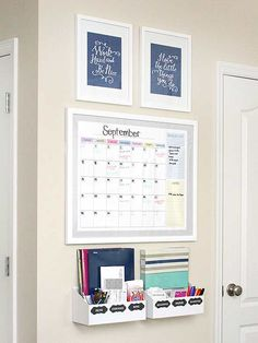 Keep your family organized with a creative command center! has 4 tidy DIY projects that corral unruly papers and spare office supplies. (Diy Home Decor) Command Center Kitchen, Family Command Center, Command Centers, Diy Casa, Ideas Para Organizar, Family Organizer, Weekly Organizer, New Room, Organization Hacks