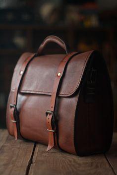 Handmade by José Machado Leather Accessories, Handbag Accessories, Leather Briefcase, Leather Bag, Leather Working, Real Leather, Leather Projects, Day Bag, Vintage Bags