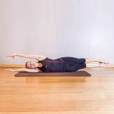 Pilates: Balance on the side Pilates Solo, Le Pilates, Pilates Workout, Gym Workouts, Pilates Posture, Cardio, Physical Fitness, Yoga Fitness, Chair Yoga