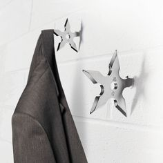 These creative Ninja Star Coat Hooks will have everybody hanging their personal coat up. Designed like the fatal ninja throwing stars they look cool Shuriken, Coat Hanger, Coat Hooks, Jacket Hanger, Modern Clothes Hangers, Clothes Hooks, Ninja Star, Deco Originale, Decoration Originale