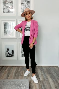 Houston blogger Elly Brown wear black high waisted denim with a pink blazer London Fashion Bloggers, Paris Fashion, Fashion Trends, Fashion Group, Only Fashion, Cool Outfits, Fashion Outfits, Denim Flares, Fashion And Beauty Tips