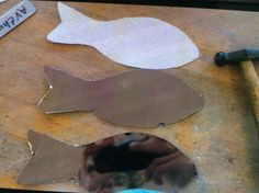 Vandaag de vormen van de vis uitgesneden,'de volgende les ga ik er mooie schubben op maken en ga ik de zijden bolslaan. Ook ga ik de volgende les de zijde aan elkaar solderen.