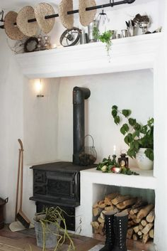 Is there any way to build the living room on the other side of this wall with a fireplace that this stove chimneys into? Swedish Kitchen, Swedish House, Country Kitchen, Scandinavian Cottage, Scandinavian Style, Foyers, Old Stove, Slow Living, Cottage Style