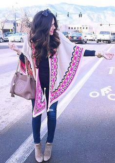 This Poncho Looks awesome! I wanna have it Right now Spring Summer Fashion, Autumn Winter Fashion, Estilo Hippie Chic, Looks Jeans, Bcbg, Bohemian Mode, Winter Stil, Lookbook, Mode Style