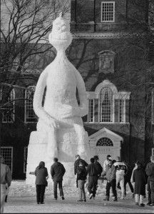 """This 1992 sculpture depicted Dartmouth Class of 1925 alumnus Theodore Geisel's famed character, the Grinch, sitting prominently in front of Baker Library. """"How the Grinch Stole Carnival"""" was the theme that year. Snow Sculptures, Sculpture Art, Ice Art, Graffiti, Snow Art, Unusual Art, Winter Fun, Winter White, Snow And Ice"""