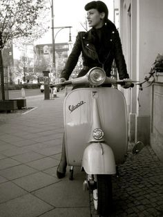 J& les Vespas. (Page & Forum Vespa général & Forum Vespa Style Piaggio Vespa, Lambretta Scooter, Vespa Scooters, Vespa Girl, Scooter Girl, Classic Vespa, Classic Bikes, Girls Slip, Motor Scooters